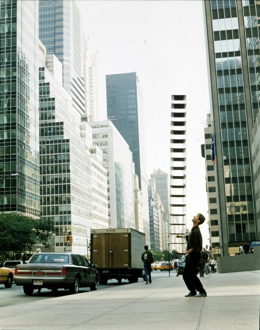 Job Koelewijn, A Balancing Act, 1998, courtesy de kunstenaar en Galerie Fons Welters, Amsterdam.jpg
