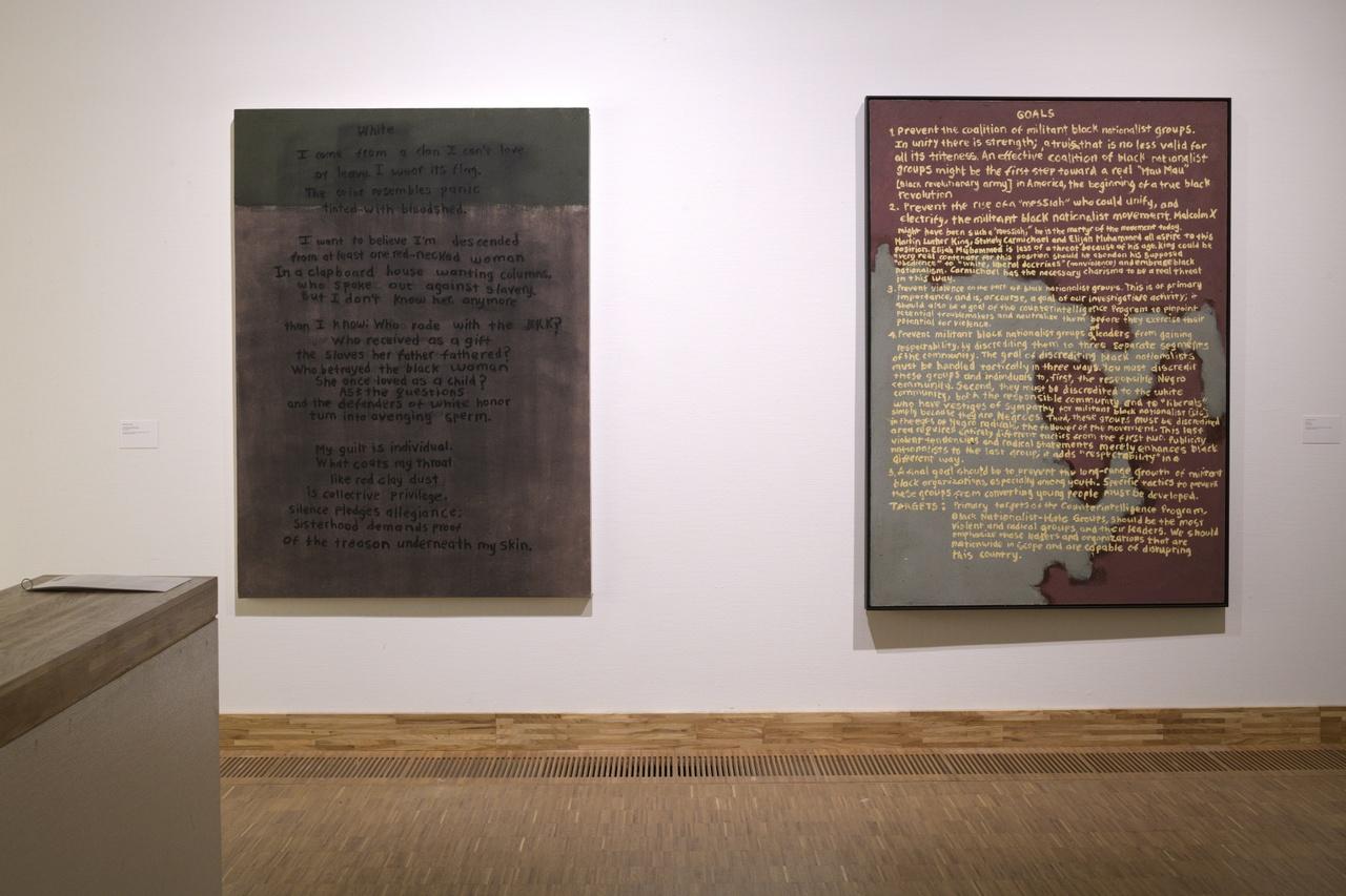 Zaaloverzicht Tell Freedom met werk van Mawande Ka Zenzile