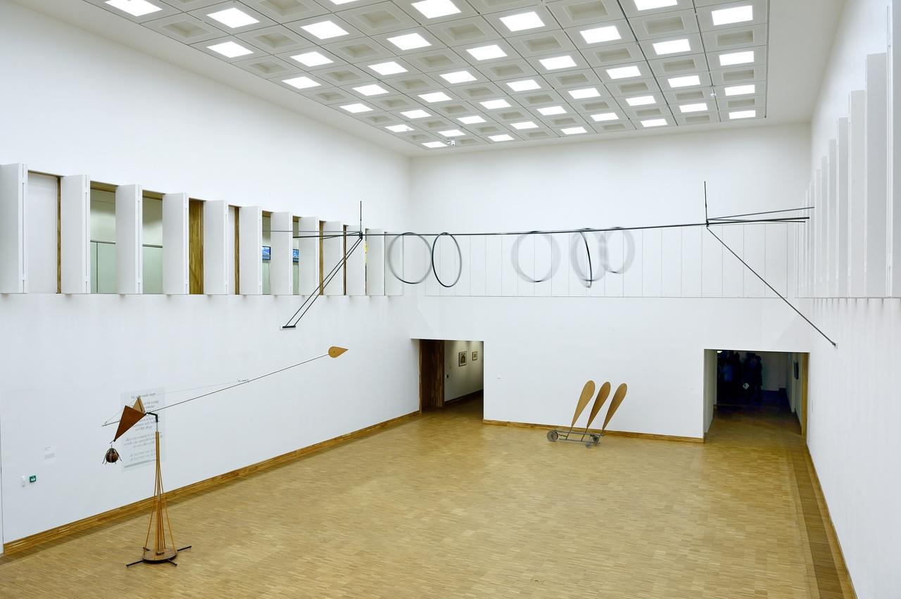 Overzicht grote zaal met Zoro Feigl, Gerrit van Bakel
