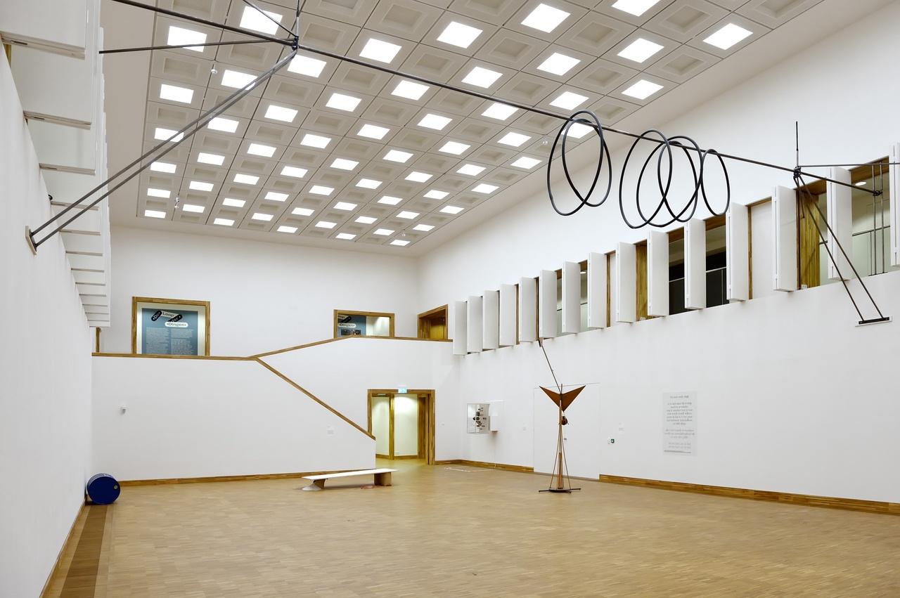 Overzicht grote zaal met Zoro Feigl, Roman Signer en Gerrit van Bakel