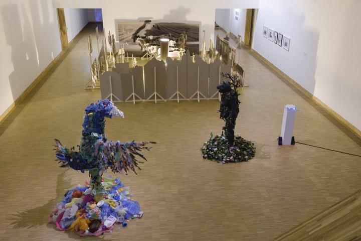 Zaaloverzicht Tell Freedom met werk van Francois Knoetze en Lebohang Kganye