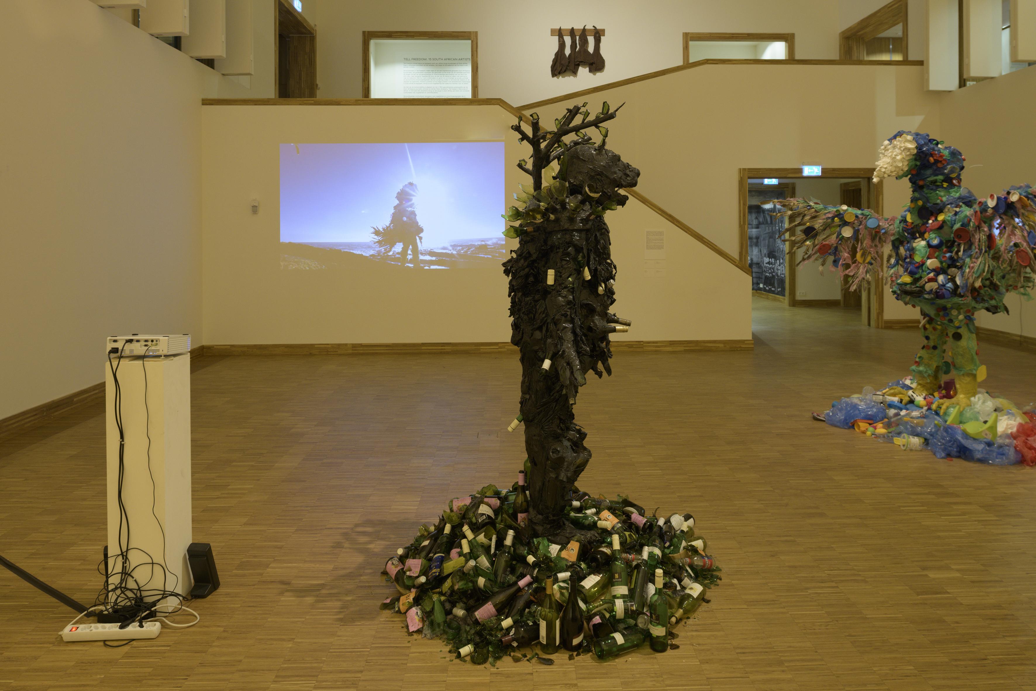 Zaaloverzicht Tell Freedom met werk van Francois Knoetze