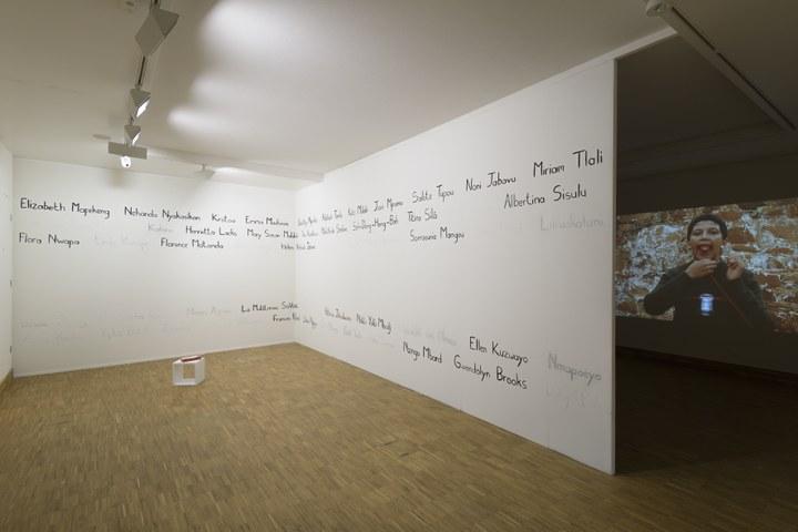 Zaaloverzicht Tell Freedom met werk van Lerato Shadi