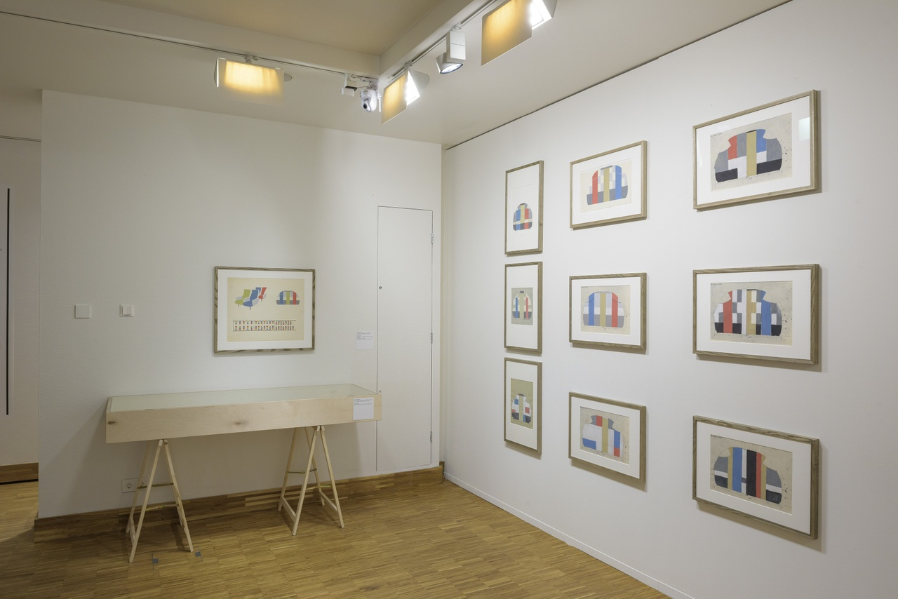 Zaaloverzicht De kleuren van De Stijl met ontwerpschetsen voor vliegtuiginterieur door Gerrit Rietveld