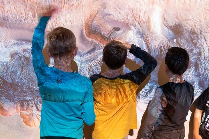 Basisschool Kameleon in Kunsthal KAdE lores - foto Cees Wouda (12 van 48).jpg