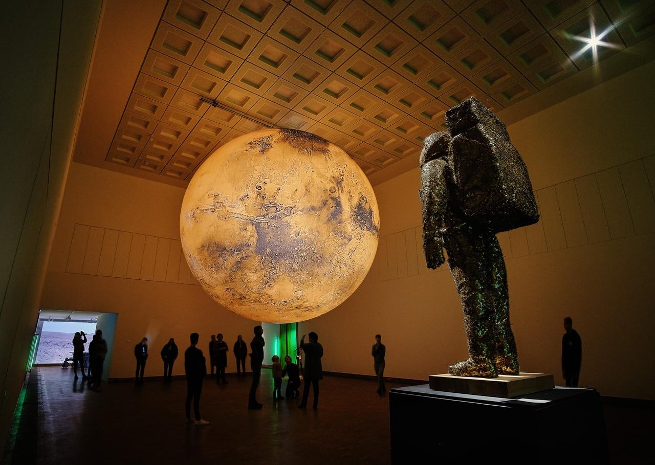 Zaaloverzicht Kunsthal KAdE in Amersfoort. Tentoonstelling One Way Ticket to Mars. Foto Maarten van Apeldoorn (2).jpg
