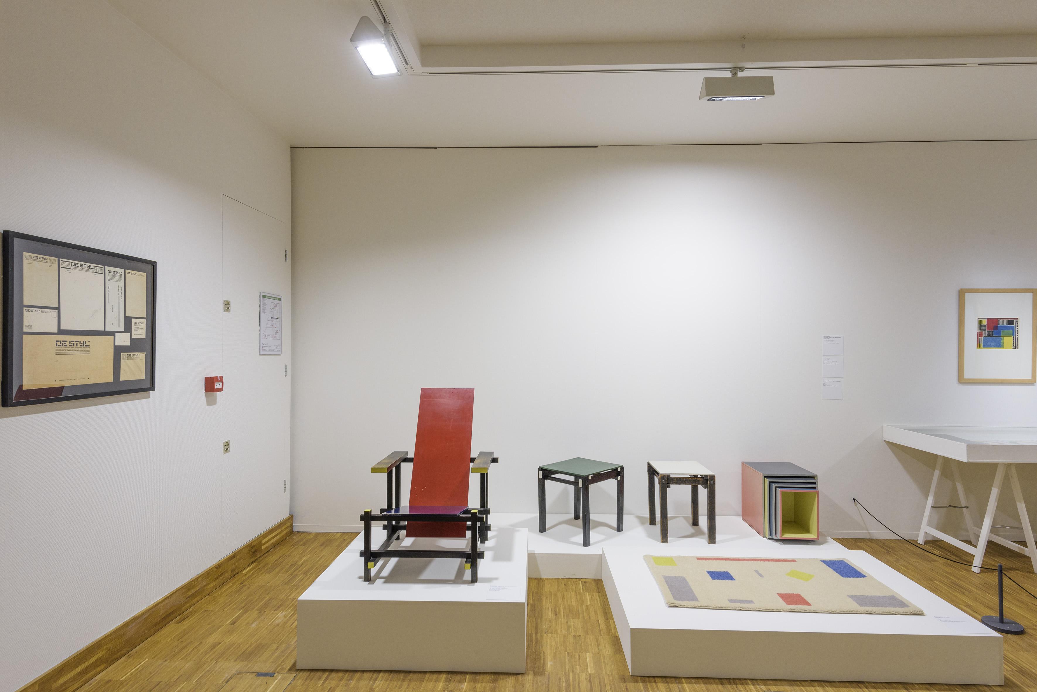 Zaaloverzicht De kleuren van De Stijl met werk Theo van Doesburg, Gerrit Rietveld en Bart van der Leck