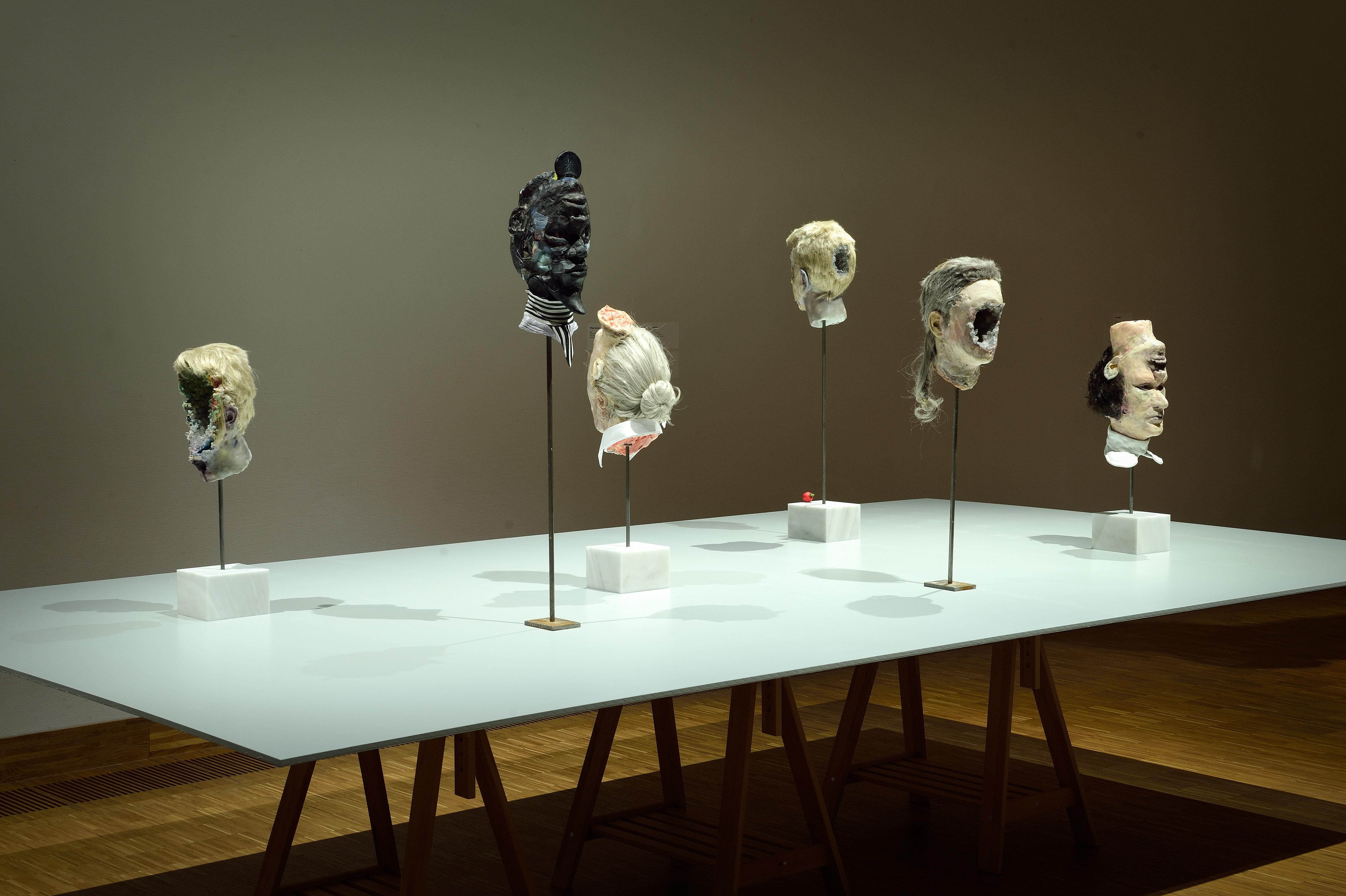 Zaaloverzicht Self-Fiction met werk van David Altmejd