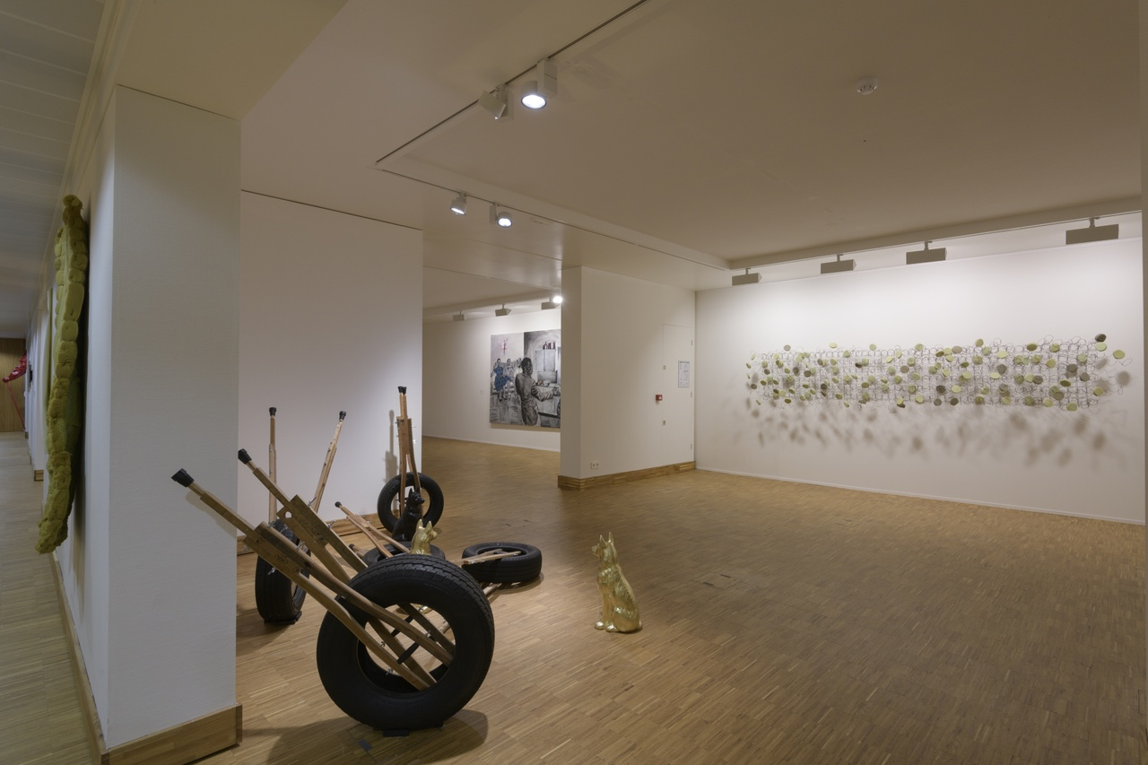 Zaaloverzicht Tell Freedom met werk van Bronwyn Katz en Kemang Wa Lehulere