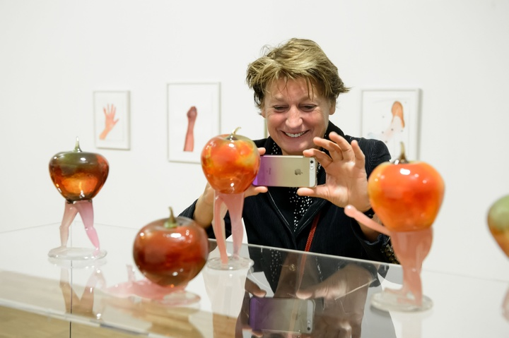 Maria Roosen, Fashion show, guys with apple, 2017